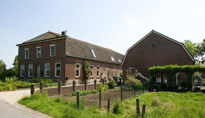 Prachtig staaltje nederlanders architectuur huis van glas beton